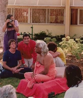 עם סוואמי וישנו דבננדה בסדנה בקיבוץ ברור חיל, מאי 1985