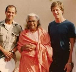 סוואמי וישנו דבננדה, יהודה אלמקיאס (תלמיד של אברהם גודל) ואני, מאי 1985