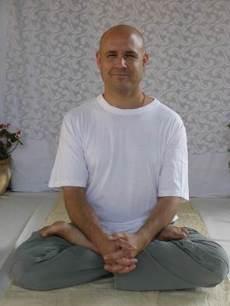 רונן כץ מדגים את ישיבת הלוטוס, התנוחה המועדפת לתרגילי הריכוז