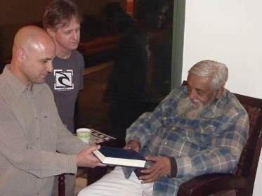 רונן כץ ואני מעניקים בהתרגשות לגורוג'י עותק מהתרגום לעברית של הספר 'מסעות בהודו המסתורית' מאת דר' פול ברונטון